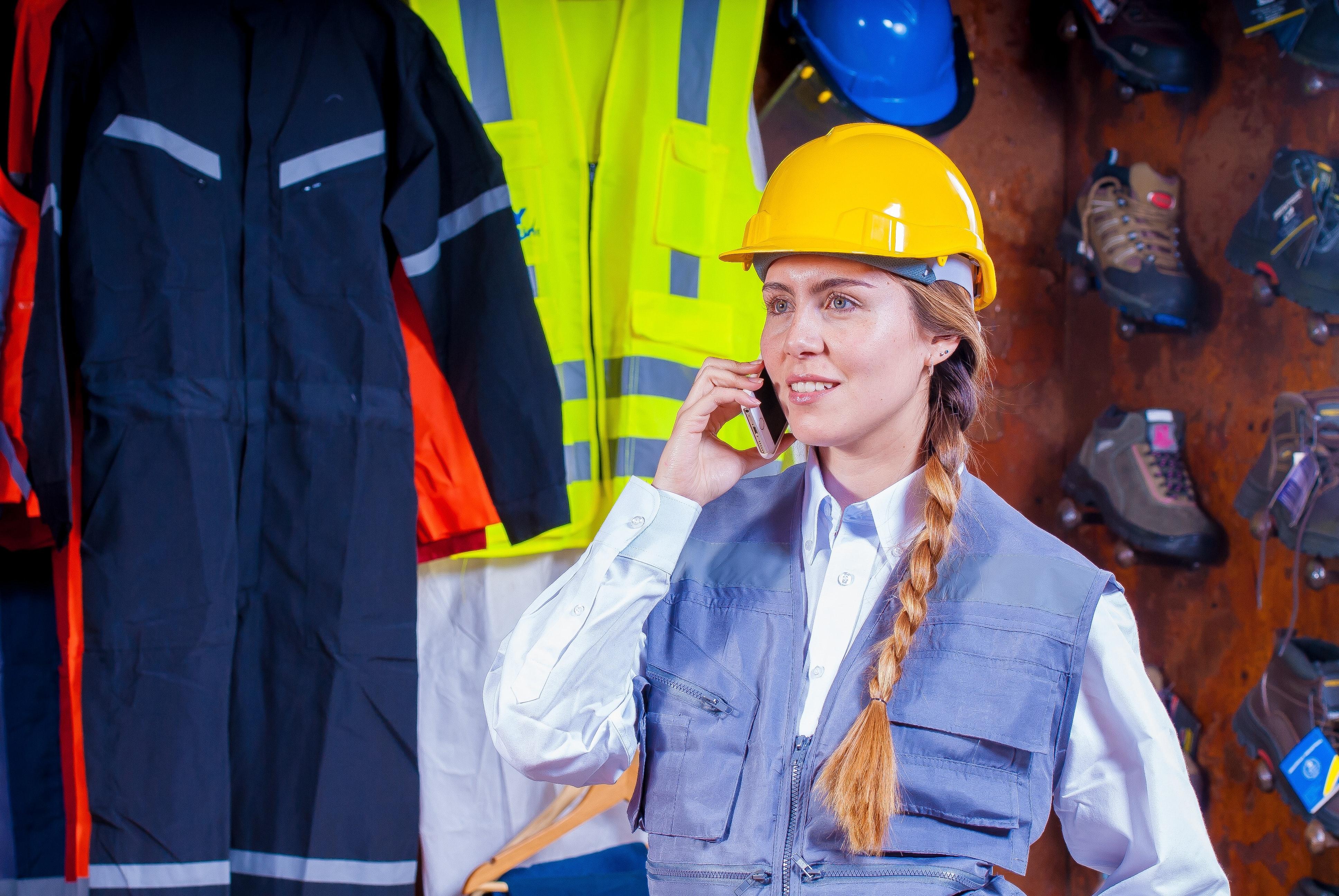 Imagem mostra mulher fazendo uma ligação, ela usa EPI