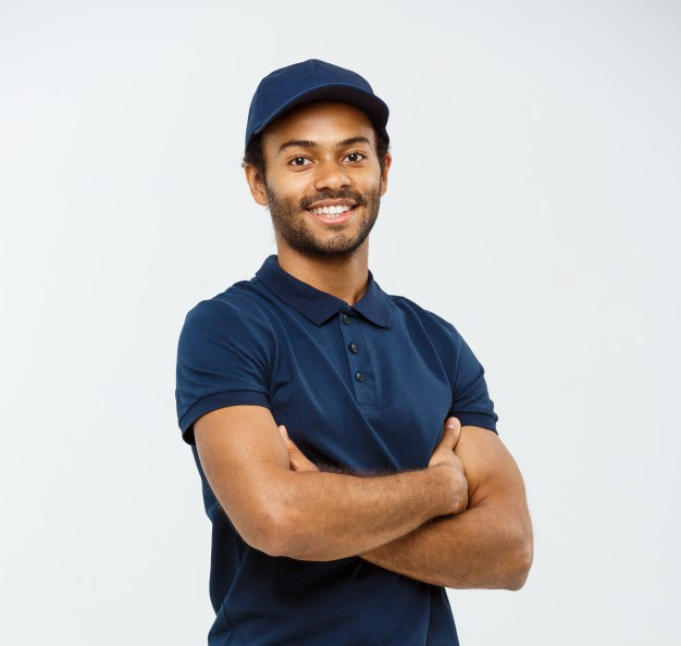 conceito-de-entrega-handsome-african-american-delivery-man-cruzou-os-bracos-sobre-isolado-no-fundo-do-estudio-gray-espaco-de-copia_1258-1277
