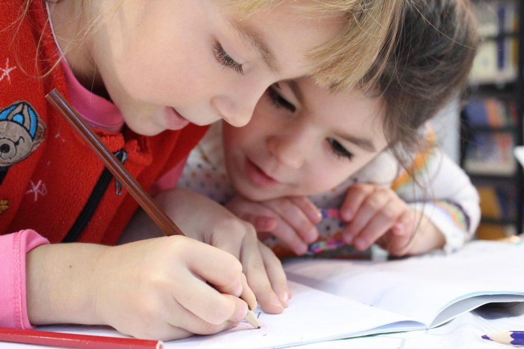 Meninas escrevem em caderno