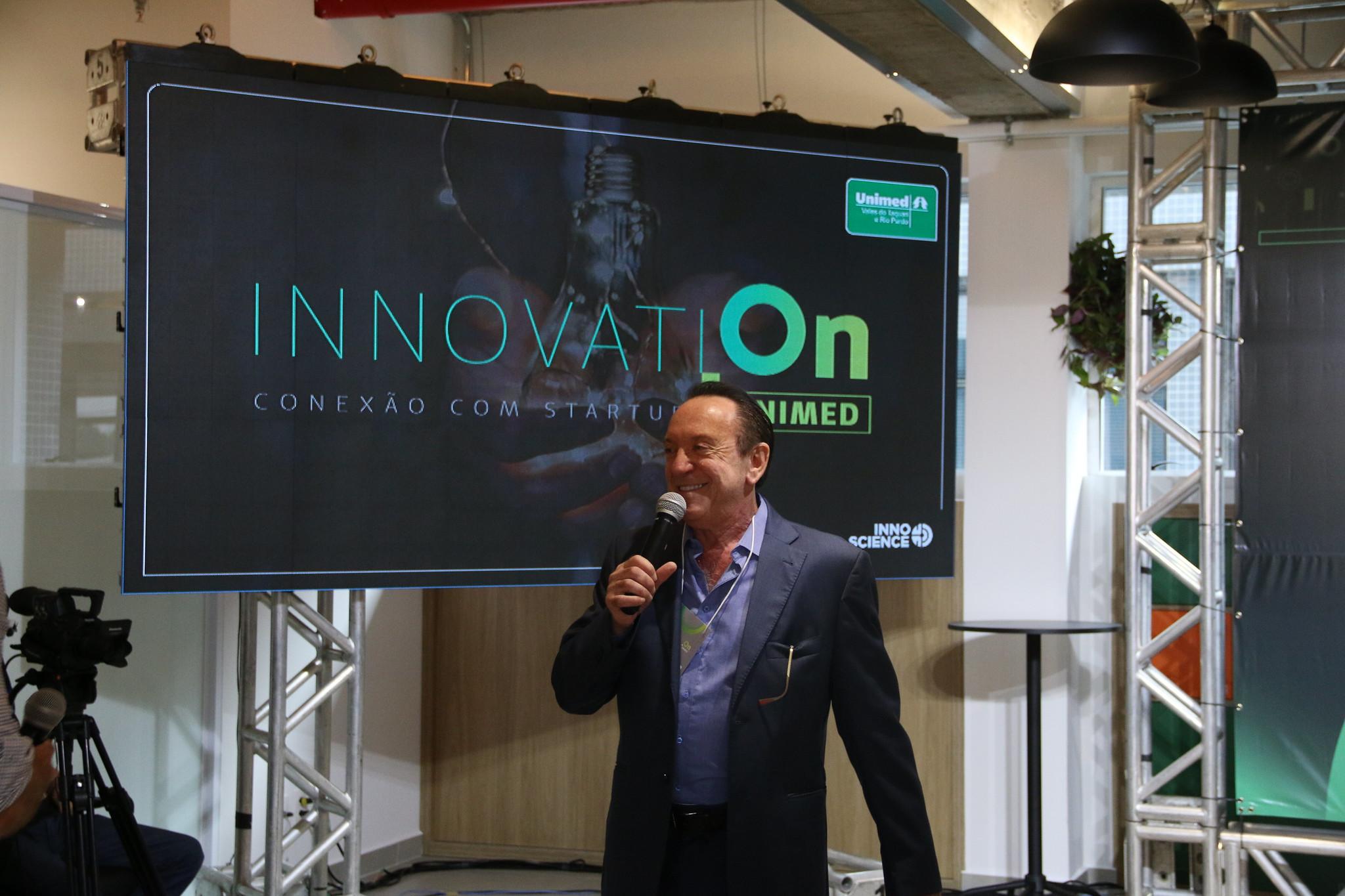 Imagem mostra homem falando no microfone