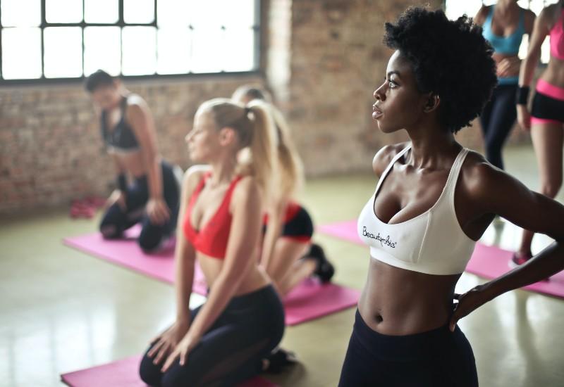 Imagem mostra mulheres fazendo exercícios