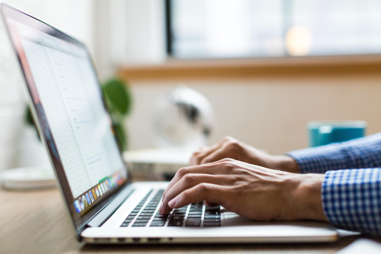 Imagem mostra pessoa mexendo no computador