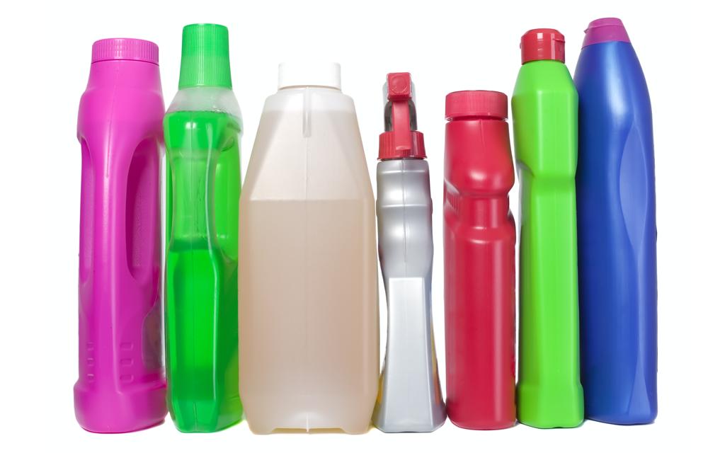 Produtos de limpeza com embalagens de diferentes formas e cores