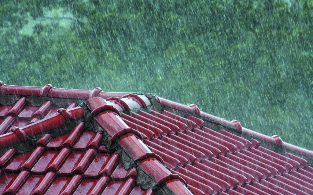 Chuva caindo sobre um telhado vermelho