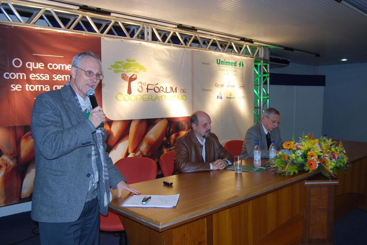 Perius, presidente do Sistema Ocergs-Sescoop/RS, com Bayer, presidente da Languiru, e May, presidente da Federação das Unimeds do RS