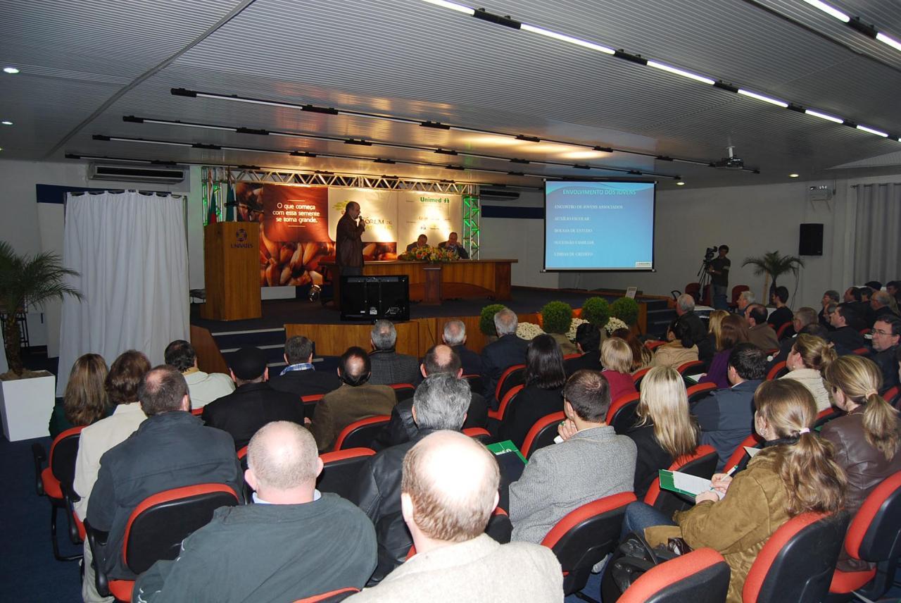 Representantes de cooperativas de diversas regiões do Estado participaram do evento