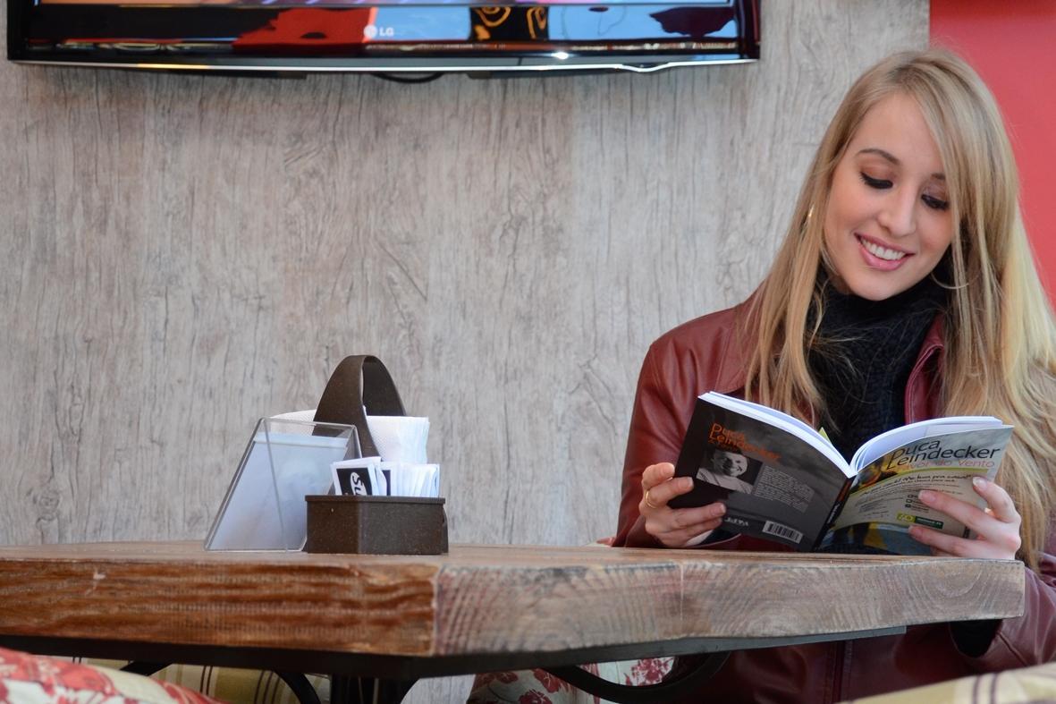 A jornalista Mariana encontrou um exemplar do livro