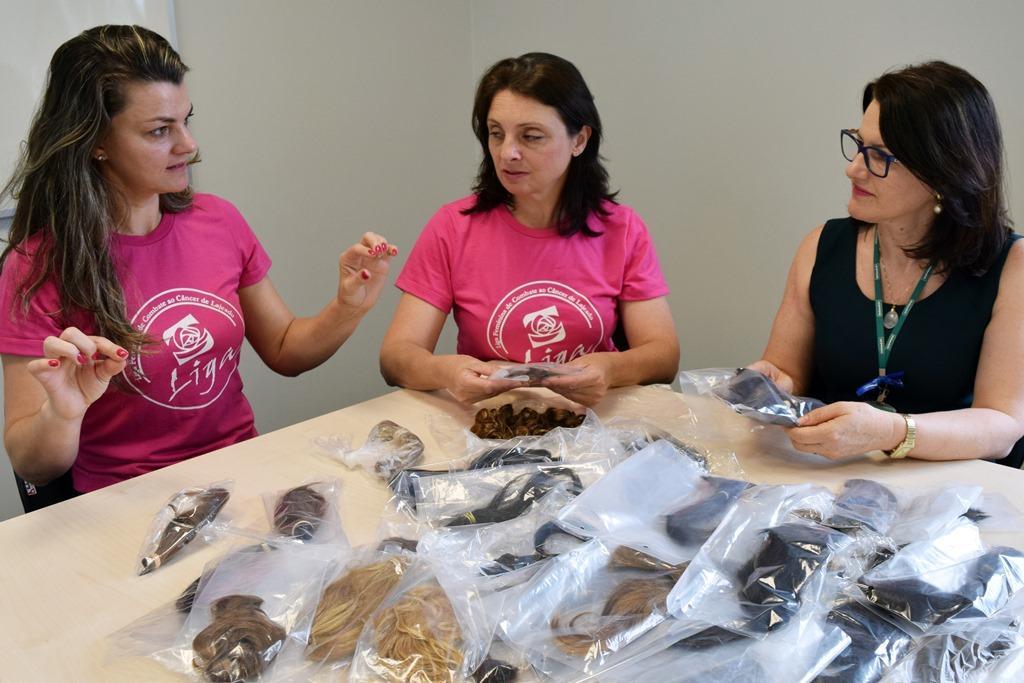 Representantes da Liga, Fabiani e Rejane, com a coordenadora da área de Gestão de Sustentabilidade da Unimed VTRP