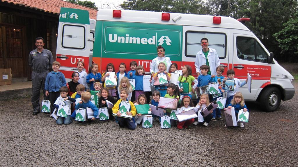 Alunos da Escola de Educação Infantil Criança & Cia visitaram a ambulância da Unimed VTRP e ganharam almofadas ecológicas